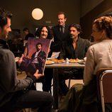 Julián recibe muy feliz un cuadro de sus compañeros en 'El Ministerio del Tiempo'