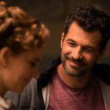 Julián observa embelesado a Amelia en 'El Ministerio del Tiempo'