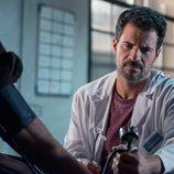 Julián se pone la bata de doctor en 'El Ministerio del Tiempo'