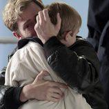 Toni Alcántara rompe a llorar cuando abraza a su hijo en 'Cuéntame cómo pasó'