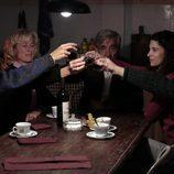 La familia Alcántara brinda para despedir a Toni en 'Cuéntame cómo pasó'
