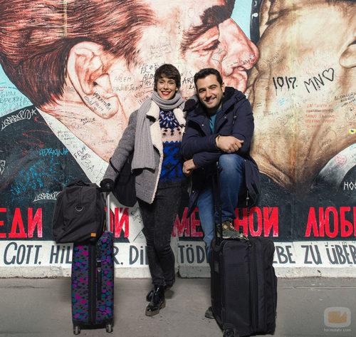 Foto promocional de Belén Cuesta y Antonio Velázquez en el muro de Berlín en 'Buscando el norte'