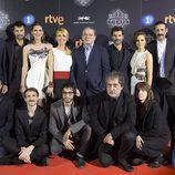 El equipo de 'El ministerio del tiempo' posa junto al director de TVE