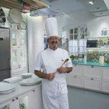 Karlos Arguiñano posa en la cocina de su programa