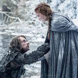 Theon Greyjoy y Sansa Stark, en mitad de la nieve en la sexta temporada de 'Juego de tronos'
