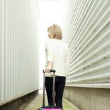 Susanna Griso de espaldas con una maleta que promociona su programa '2 Días y 1 Noche'