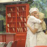 Carlos Lozano abrazando a Charlotte Caniggia en 'Gran Hermano Vip 2016'