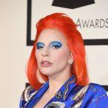 Lady Gaga homenajea a David Bowie imitando su estilo en los Premios Grammy 2016