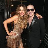 Sofía Vergara posa junto a Pitbull en el backstage de los Premios Grammy 2016