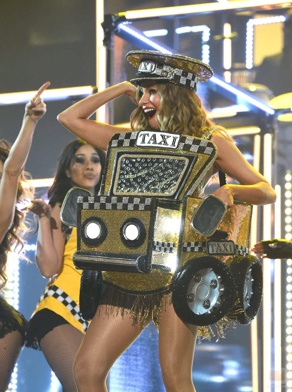 """Sofía Vergara baila """"El Taxi"""" con Pitbull en los Premios Grammy 2016"""