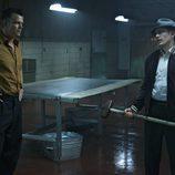 Jake Epping sostiene un martillo durante una escena de '22/11/63'