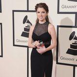 Anna Kendrick en la alfombra roja de los Premios Grammy 2016