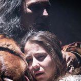 Irene Escolar y José Coronado abrazados mientras actúan en la película 'La Corona Partida'