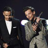 Louis Tomlinson y Liam Payne de One Direction entregando un premio en los Brit Awards