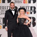 Kylie Minogue y su pareja, Joshua Sasse, posan juntos  en los Brit Awards 2016