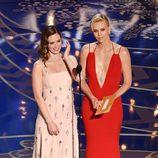 Emily Blunt y Charlize Theron en la gala de los Premios Oscar 2016