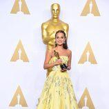 Alicia Vikander posa con su Oscar a Mejor actriz de reparto en la gala de los Premios Oscar 2016