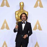 Alejandro González Iñárritu posa con su Oscar al Mejor director en la gala de los Premios Oscar 2016