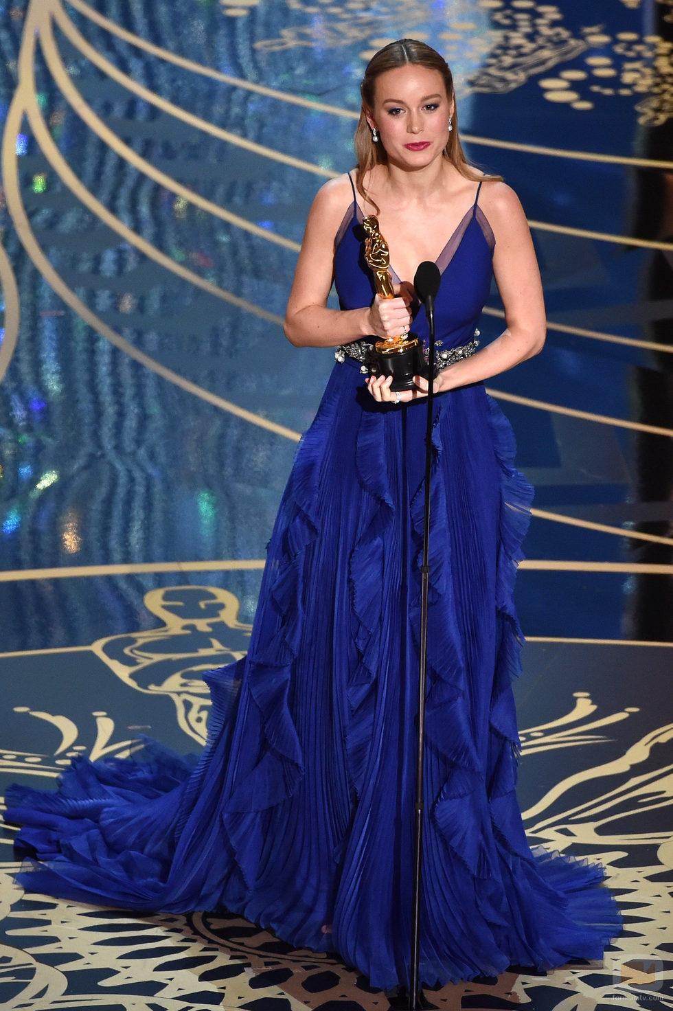 Brie Larson recibe el Oscar a Mejor actriz durante la gala de los Premios Oscar 2016