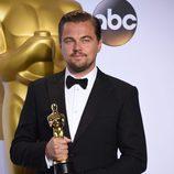 Leonardo DiCaprio posa con su Oscar al Mejor actor en la gala de los Premios Oscar 2016
