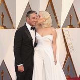 Lady Gaga y Taylor Kinney en la alfombra roja de los Premios Oscar 2016