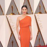 Olivia Munn en la alfombra roja de los Premios Oscar 2016
