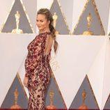Chrissy Teigen en la alfombra roja de los Premios Oscar 2016