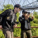 Christopher LaSalle (Lucas Black) y Sonja Percy (Shalita Grant) investigan pruebas en 'NCIS: Nueva Orleans'
