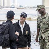 Dwayne Pride (Scott Bakula) y Christopher LaSalle (Lucas Black) investigan la escena del crimen en 'NCIS: Nueva Orleans'