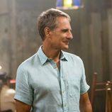 Dwayne Pride (Scott Bakula) sonríe en una foto promocional de la segunda temporada de 'NCIS: Nueva Orleans'