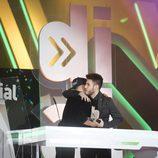 Adrián Rodríguez y Antonio José abrazados en los Premios Cadena Dial 2016