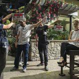 Johanna Braddy en la grabación de la serie 'UnReal'