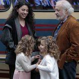 Paquita y Miguel conversan alegres a los pies del autocar en 'Cuéntame cómo pasó'