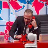 Carlos Lozano llamando por teléfono en la gala 10 de  'Gran Hermano VIP'