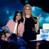 Sarah Hyland y Debby Ryan presentando un premio en la gala de los Nickelodeon's 2016 Kids' Choice Awards