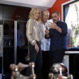 Carlos Herrera enseña sus fotos a Bibiana Fernández y Bertín Osborne en 'En la tuya o en la mía'