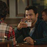 Antonio Velázquez sonríe mientras comparte un café con Belén Cuesta en 'Buscando el Norte'