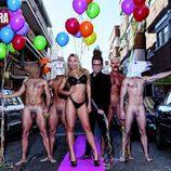 Elisa de Panicis junto a un grupo de hombres desnudos