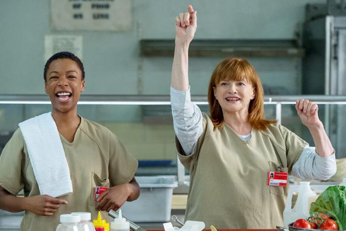 Pouseey sonríe en el comedor junto a Judy King