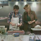 Susanna Griso junto a Fernando Tejero en una pescadería en  '2 Días y 1 Noche'
