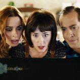 Laura, Vicky y Vicente miran sorprendidos el ordenador en 'Chiringuito de Pepe'