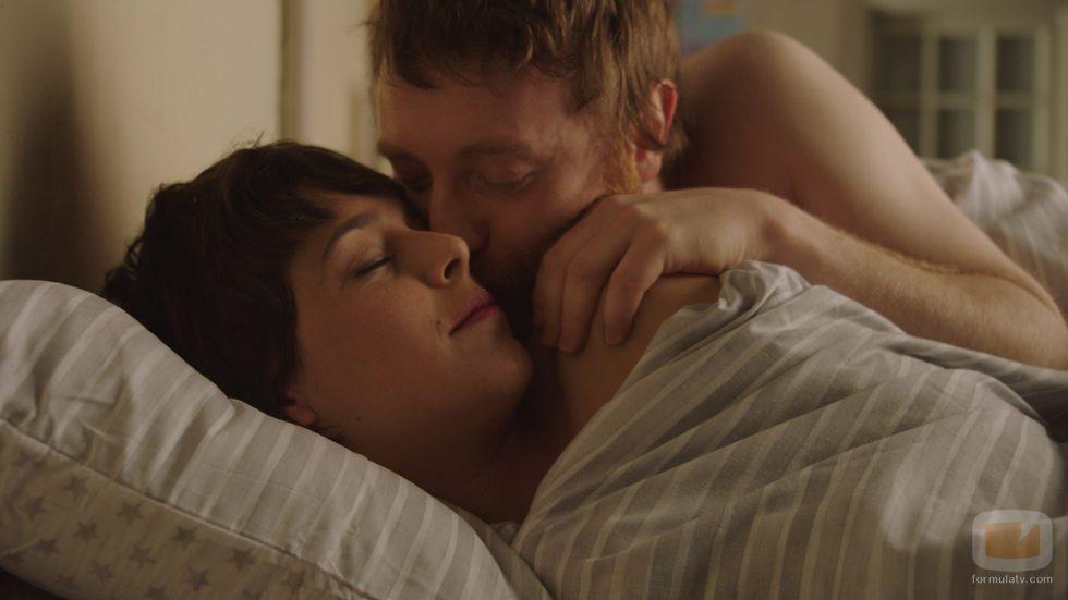 Salvador le da a Carol un beso en la mejilla en 'Buscando el norte'