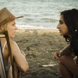 Macarena y Saray hablan en la playa en el capítulos 12 de 'Vis a vis'