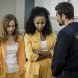 Estefanía y Teresa con el jefe de seguridad en el capítulo 12 de 'Vis a vis'