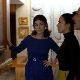 Tía Laura muestra un cuadro a Clara y Jesús en 'El Caso'
