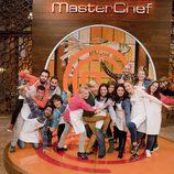 Los concursantes de la cuarta edición de 'Masterchef' posan sonrientes en plató