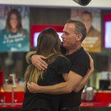 Laura Matamoros y Carlos Lozano se abrazan en la gala 14 de 'Gran Hermano VIP'