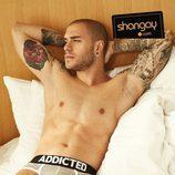 Adrián Rodríguez posa en calzoncillos sobre la cama