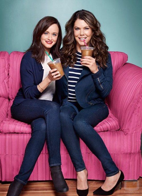 Lauren Graham y Alexis Bledel en una imagen promocional del regreso de 'Las chicas Gilmore'
