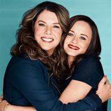 Lauren Graham y Alexis Bledel se abrazan en esta imagen promocional del regreso de 'Las chicas Gilmore'